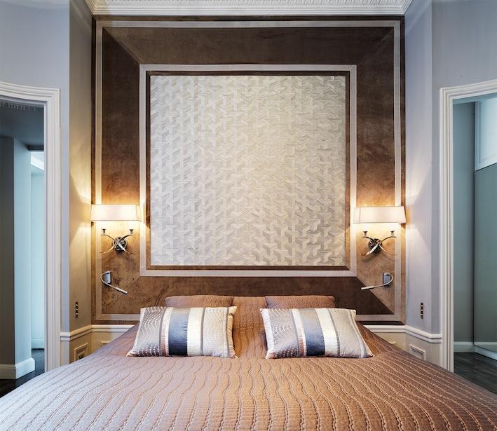 Chambre maître. Tête de lit avec papier peint, tissu et application de galon. Création de l'agence d'architecture d'intérieur Olivier Berni Intérieurs.