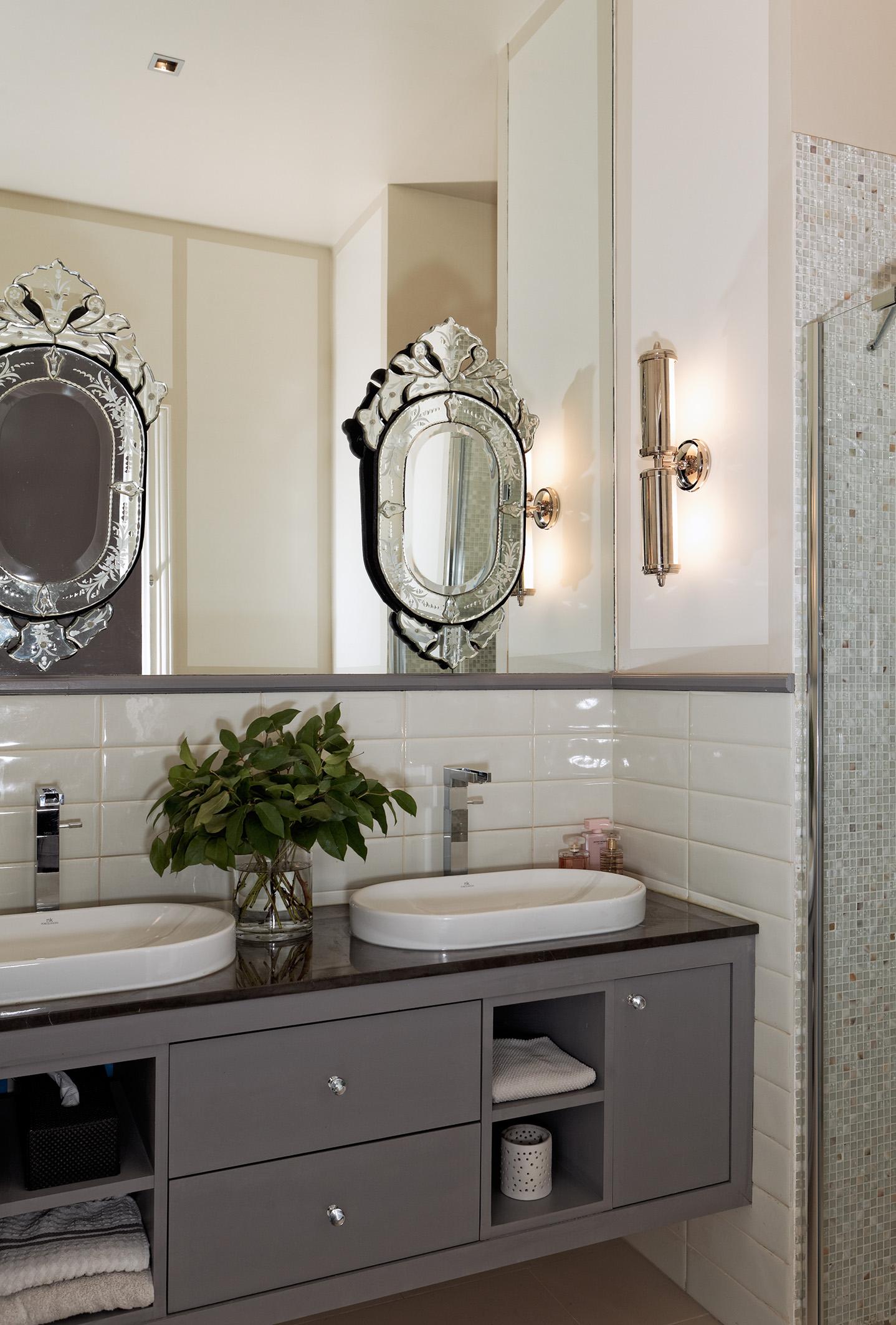 Salle-de-bains. Miroirs vénitiens sur volume miroir. Création de l'agence d'architecture d'intérieur Olivier Berni Intérieurs.
