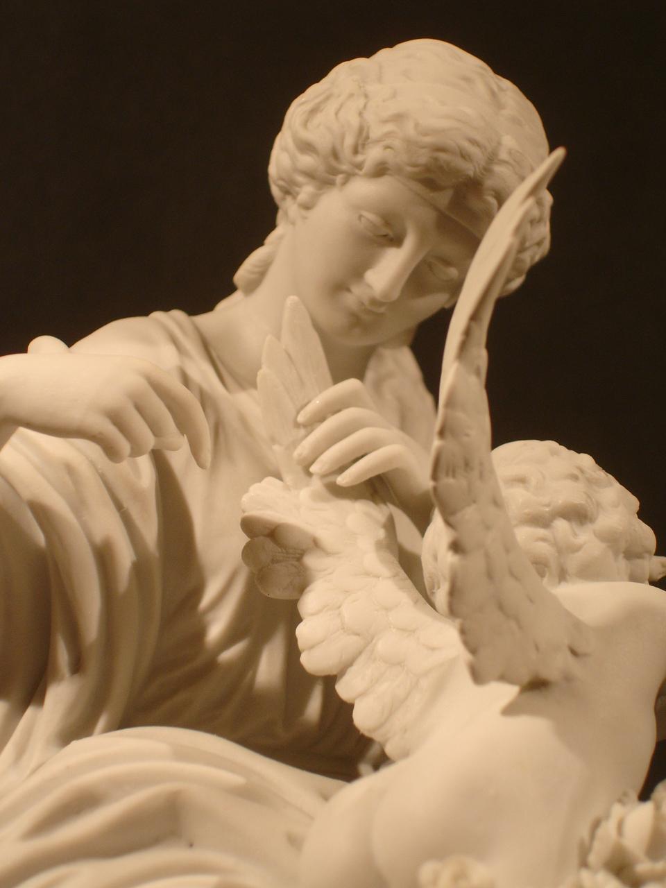 """""""L'amour retenu prisonnier."""" Détail. Dimension : H 26 cm. Date : XIXe siècle. Catalogue d'antiquités Olivier Berni Intérieurs"""