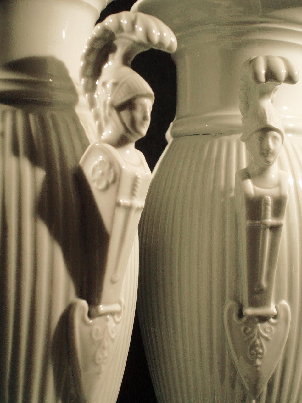 Vases en porcelaine blanche (détail). XIXe siècle. Collection Olivier Berni Intérieurs