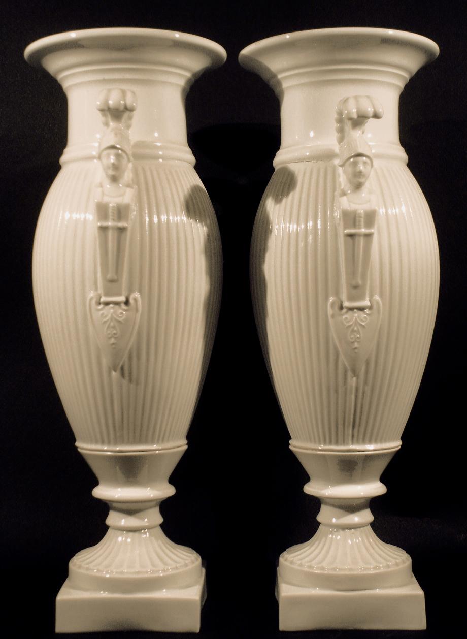 Vases en porcelaine blanche (vue laterale). XIXe siècle. Collection Olivier Berni Intérieurs