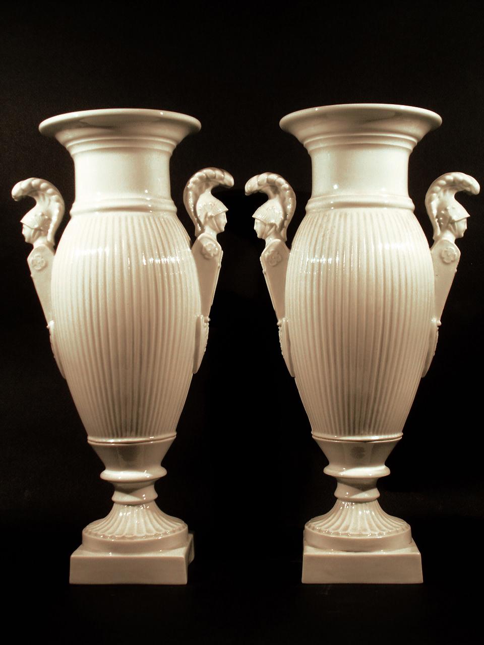 Vases en porcelaine blanche (vue de face). XIXe siècle. Collection Olivier Berni Intérieurs