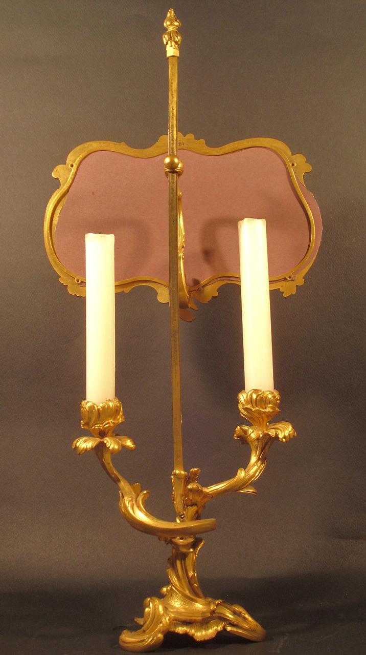Lampe à poser à deux branches d'inspiration XVIIIe (vu de dos). XIXe siècle. Catalogue Olivier Berni Intérieurs