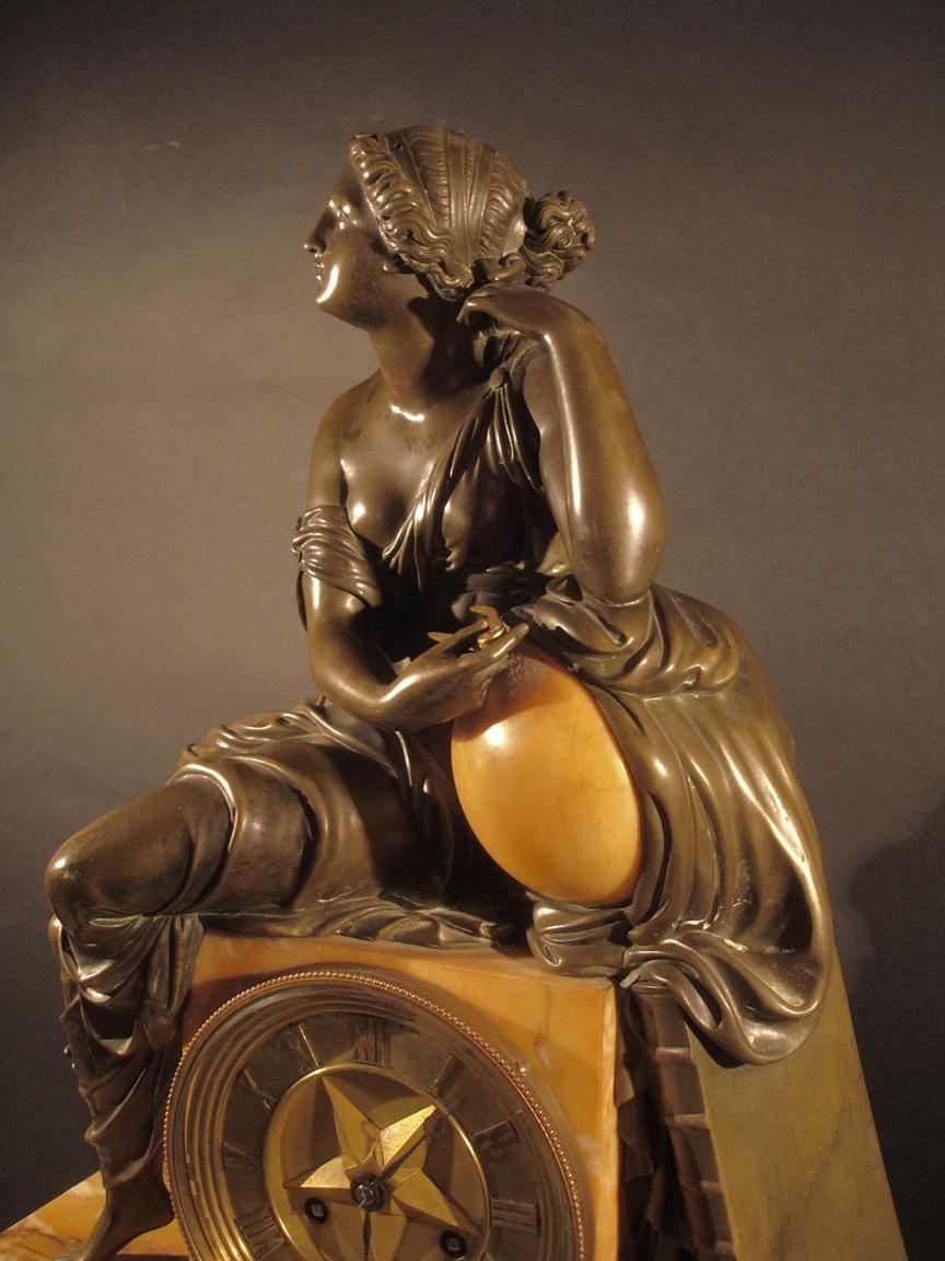 Horloge (détail, vu latérale). Début XIXe siècle. Catalogue Olivier Berni Intérieurs