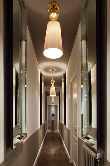Corridor. Jeux de reflets et perspective. Création de l'agence d'architecture d'intérieur Olivier Berni Intérieurs.