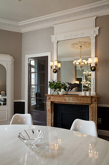 Salle-à-manger. Miroir Empire et table Saarinen. Création de l'agence d'architecture d'intérieur Olivier Berni Intérieurs.
