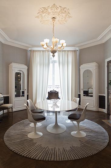 Salle-à-manger. Lustre vénitien sur table Saarinen. Réalisation de l'architecte d'intérieur Olivier Berni.