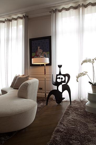 Grand salon. Détail, canapé Vladimir kagan. Réalisation de l'architecte d'intérieur Olivier Berni.