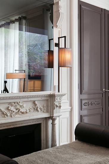 Grand salon. Cheminée chinée et calepinage de boiseries. Réalisation de l'architecte d'intérieur Olivier Berni.