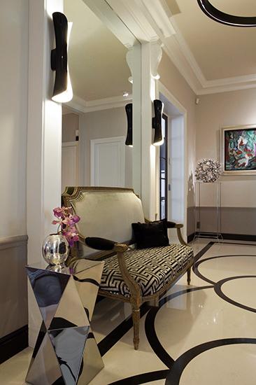 Galerie. Vue latérale. banquette Louis XVI retapissée. Applique Artemide. Réalisation de l'architecte d'intérieur Olivier Berni.
