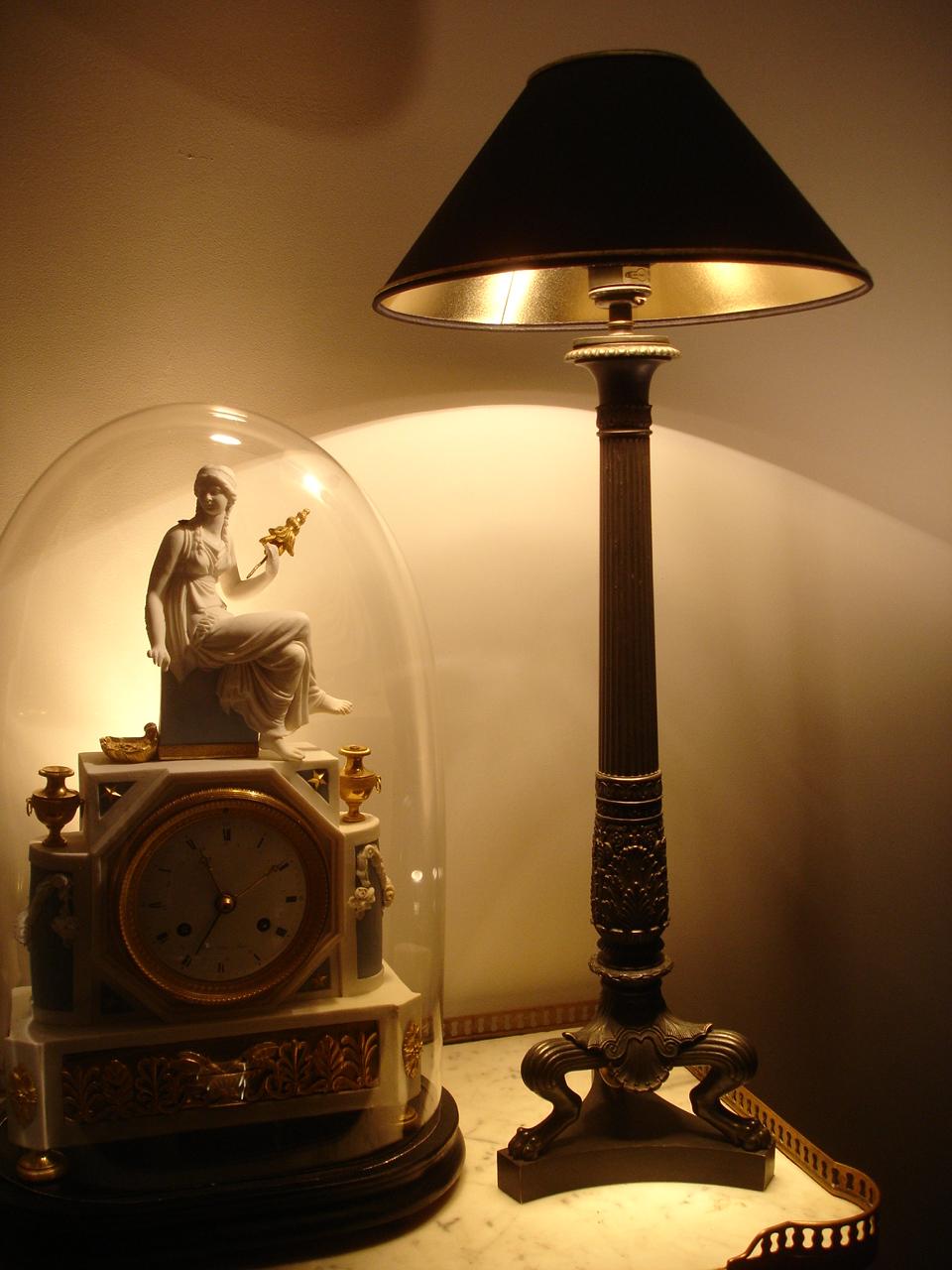 Lampe à poser tripode. XIXe siècle. Catalogue Olivier Berni Intérieurs