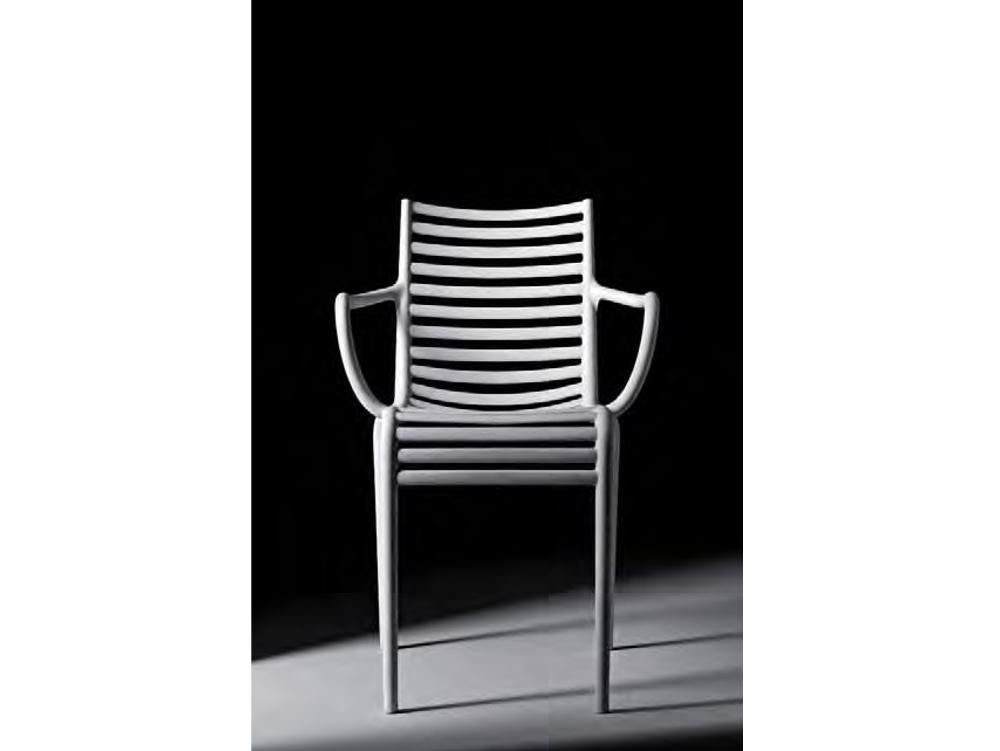 Matériaux : Polypropylène. Dimensions : H 82 cm, P 54, L 55 cm. Coloris : Blanc, Jaune, Orange, Gris. Prix : 208 € TTC.