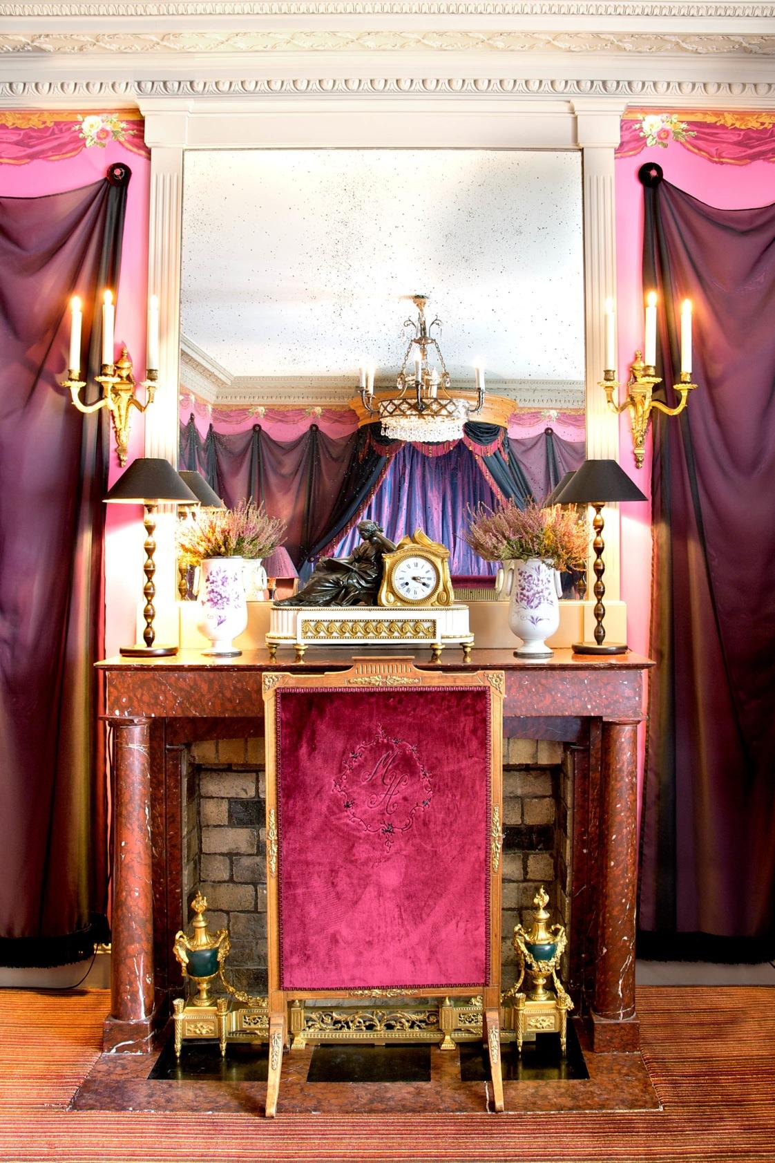 L'Hôtel, 13 rue des Beaux-Arts, 75006 Paris. Chambre pourpre. Réalisation de l'architecte d'intérieur Olivier Berni.