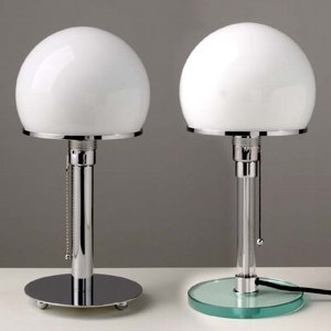 Matériaux : Verre et métal. Dimensions : H 55 cm, D (abat-jour) 26 cm. Coloris : Blanc et chromé. Prix : 395 € TTC.