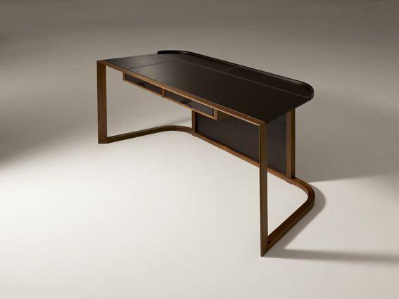 Matériaux : Noyer et cuir de selle noir. Dimension : H 78 cm, P 60.5 cm, L 150 cm. Coloris : Noyer. Prix : 6929 € TTC.